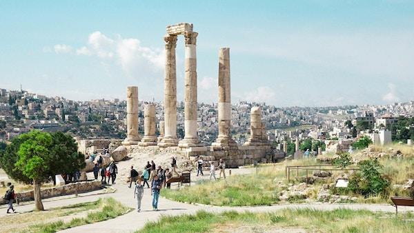 Ruinene av Tempel av Hercules med Amman by i bakgrunnen