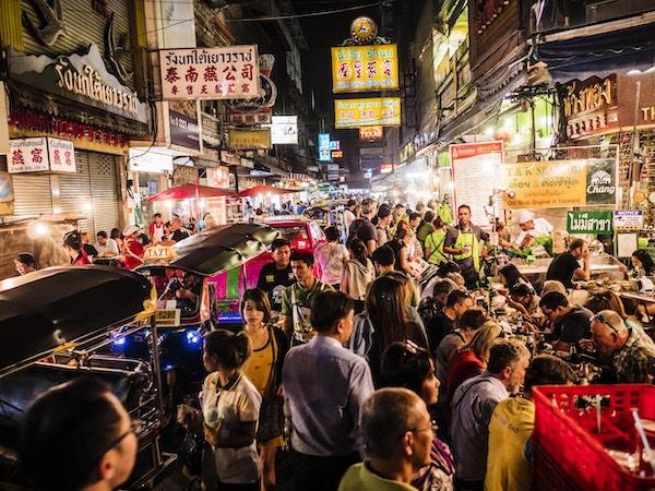 Folkemengder på Yaowarat Road Chinatown Bangkok. Hele området er veldig populært om natten på grunn av den gode gatematen