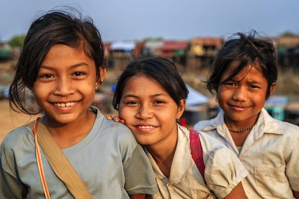 Glade kambodsjanske skolejenter i nærheten av Tonle Sap, Kambodsja