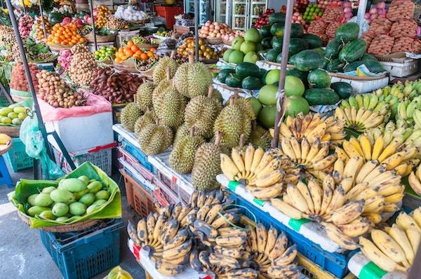 """""""Bananer, mangos, durianer, meloner, appelsiner og andre eksotiske frukter til salgs på et gatemarked i Phnom Penh, Kambodsja"""""""