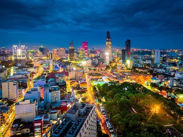 Utsikt over bygningene i Ho Chi Minh-byen eller Saigon i Vietnam om natten