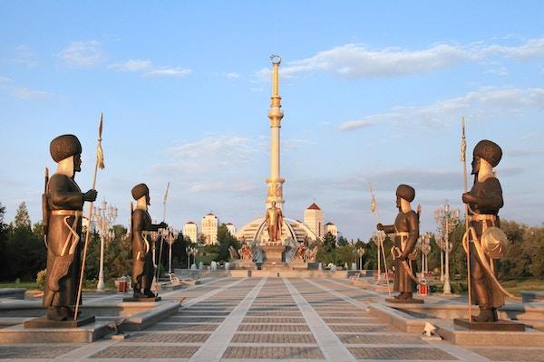 Frihetsmonumentet i solnedgang. Ashkhabad, Turkmenistan.