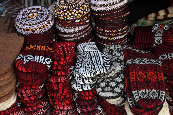 Strikkede tøfler og broderte hatter på Ashkhabad-markedet i Turkmenistan