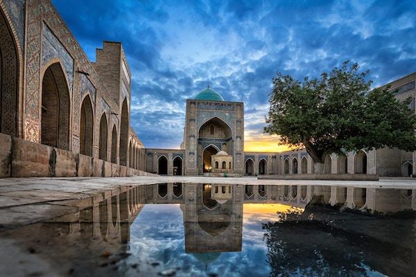 Den indre gårdsplassen til Kalyan-moskeen, en del av Po-i-Kalyan-komplekset i Bukhara, Usbekistan.