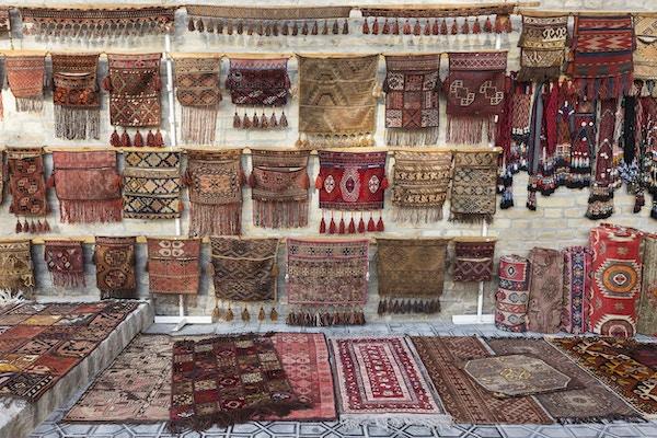 Orientalske håndlagde tepper utenfor en butikk i Bukhara, Usbekistan.
