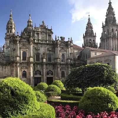 Vakker hage utenfor katedralen