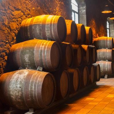 Vintønner stablet opp etter veggen