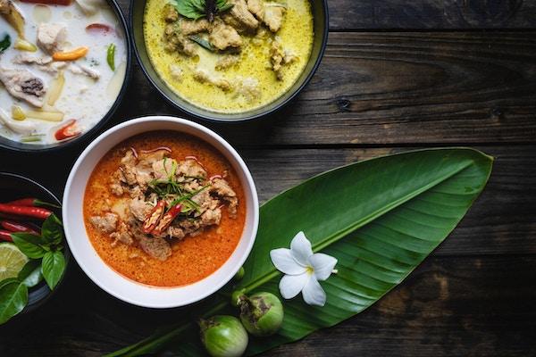"""Berømt thailandske mat; rød karri svinekjøtt, grønn karri svinekjøtt, kylling kokosnøtt suppe eller Thai med navn """"Panang"""", """"Kaeng Keaw Whan"""" og Tom Kha Gai."""
