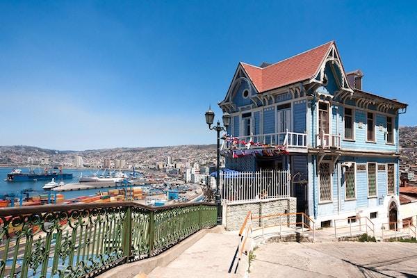 Fargerikt hus i Valparaiso med utsikt over havnen.