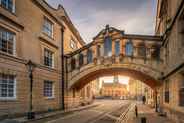 "Hertford Bridge, ofte kalt ""Sukkenes bro"", forbinder to deler av Hertford College over New College Lane i Oxford, England."