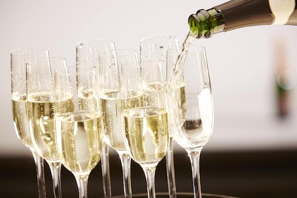 Champagnedrikker som helles på et brett