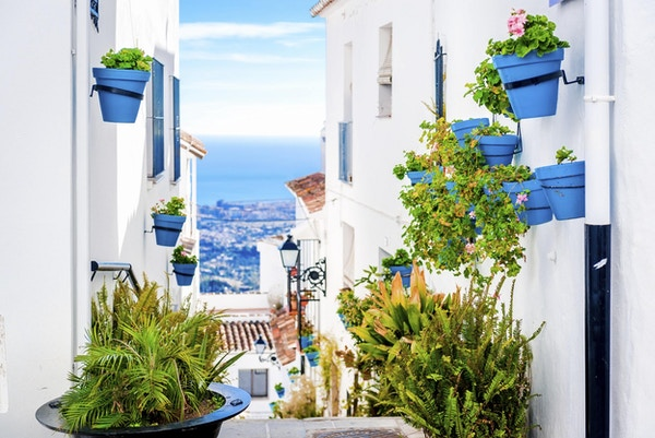 Pittoreske Mijas-gaten med blomsterpotter i fasader. Andalusisk hvit landsby. Costa del Sol. Sør-Spania