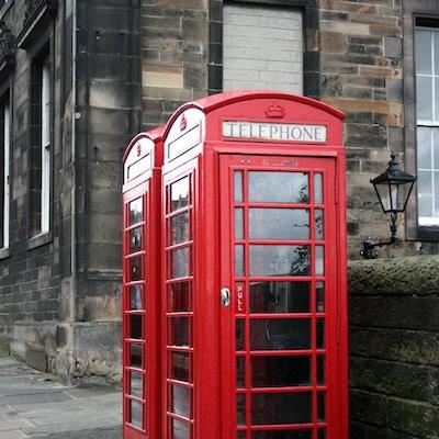 Rød telefonhytte i Edinburgh