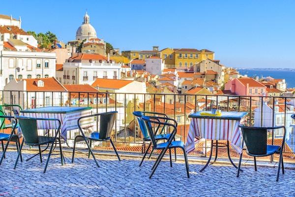 Åpen cafeterrasse med vakker utsikt i Alfama- et historisk bysenter i Lisboa, Portugal
