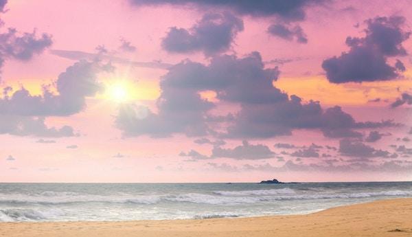 Solnedgang ved bredden av Det indiske hav, Bentota, Sri Lanka