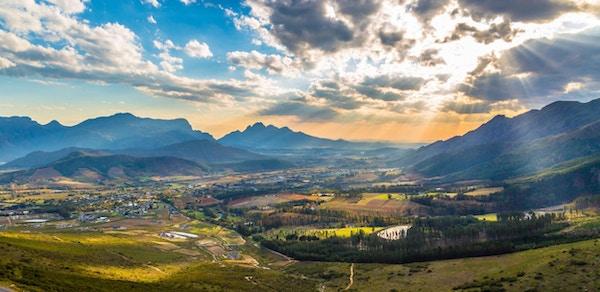 Naturskjønne Franschhoek midt i de sørafrikanske vinlandene med de vakre vinmarkene