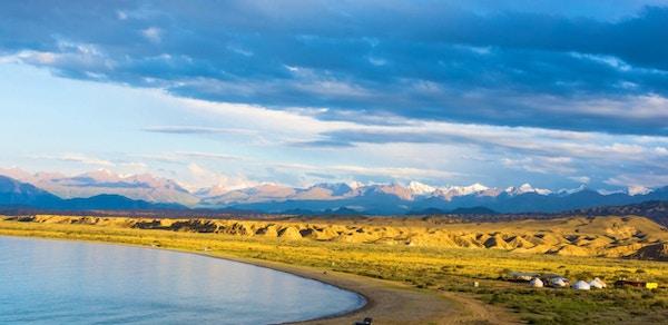 Vakker sørlige bredden av innsjøen Issyk-Kul om sommeren, Kirgisistan.