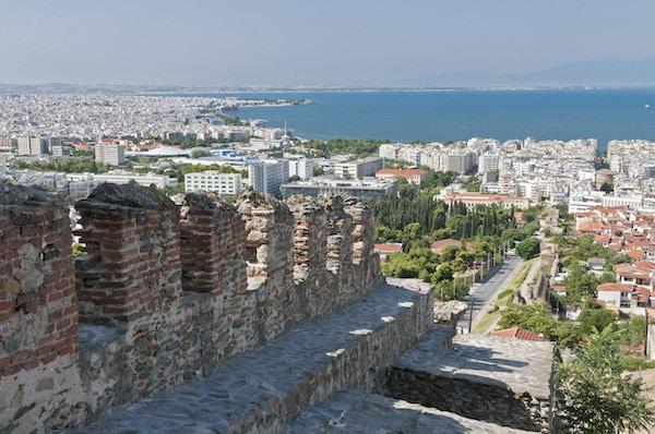 Gammel mur med Thessloniki i bakgrunnen. Foto.