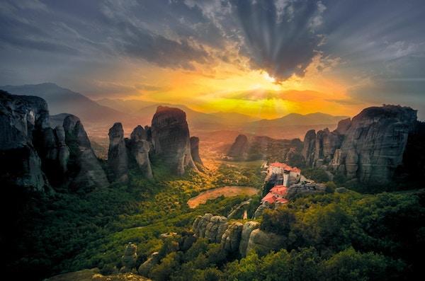 Fantastisk utsikt over Meteora Roussanou kloster ved solnedgang, Hellas