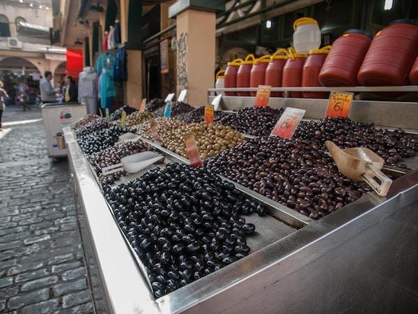Forskjellige oliven på et utendørs marked. Foto.