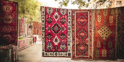 Armenske tradisjonelle tepper med tradisjonelle ornamenter og mønstre til salgs i Yerevan Armenia. Gammeldagse sepiafarger.
