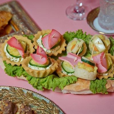 Ulike slags kanapeer for en selvbetjent buffé. kanape med agurkskive, laksepate og rød kaviar til festlig julemessksnack.