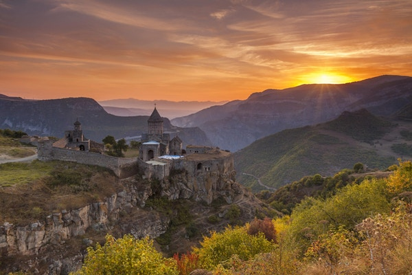 Det gamle klosteret i solnedgangen. Tatev. Armenia.