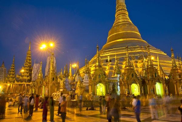 Shwedagon-pagoden i Yagon i gullfarget lys om kvelden, Myanmar