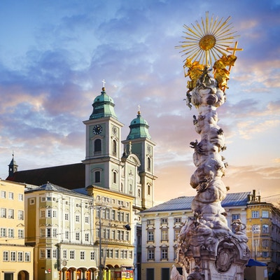 Hovedtorget i Linz med den gamle katedralen (Alter Dom) og den hellige treenighetssøylen
