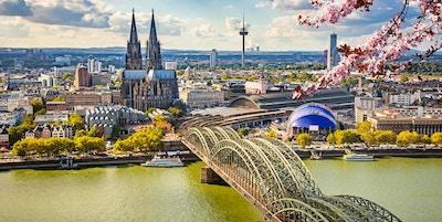 Luftutsikt mot Köln om våren, Tyskland