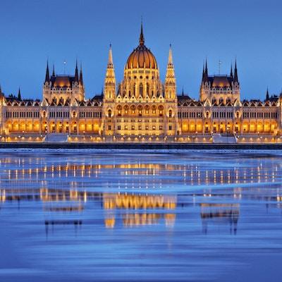 Parlamentet i skumringen, Icy Danube River, Budapest, Ungarn