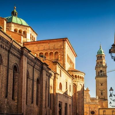 Naturskjønn utsikt over Duomo-katedralen og tårnet og San Giovanni Evangelista-kirken i Parma, Emilia-Romagna, Italia.
