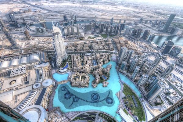 Utsikt over Burj Khalifa-sjøen i sentrum av Dubai ved solnedgang fra Burj Khalifa-skyskraperen, verdens høyeste bygning