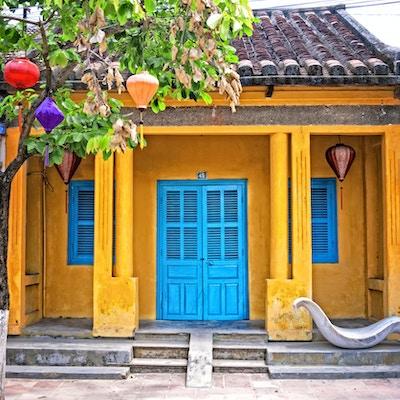 Gatene i Hoi An, Vietnam er foret med fargerike hjem og hus.