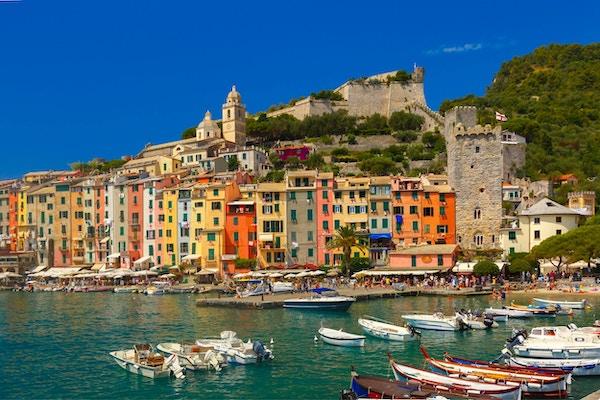 Fargerik pittoresk havn i Porto Venere, San Lorenzo kirke og Doria Castle på bakgrunnen, La Spezia, Liguria, Italia.