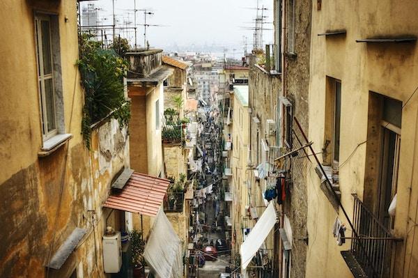 bakgate blant de overfylte nabolagene i Napoli Italia.