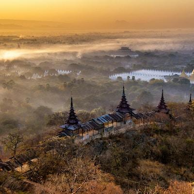 Solnedgang bak fjellene i Mandalay Hill, Myanmar