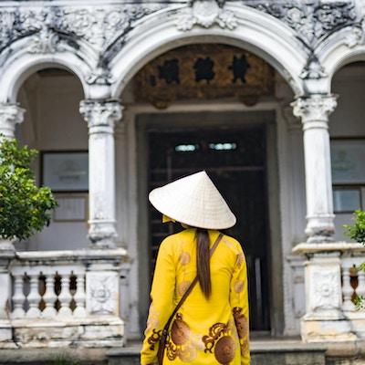 Kvinne utenfor hus i Vietnam.