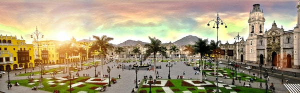 Et panoramabilde av Plaza de Armas fra Lima by i Peru.