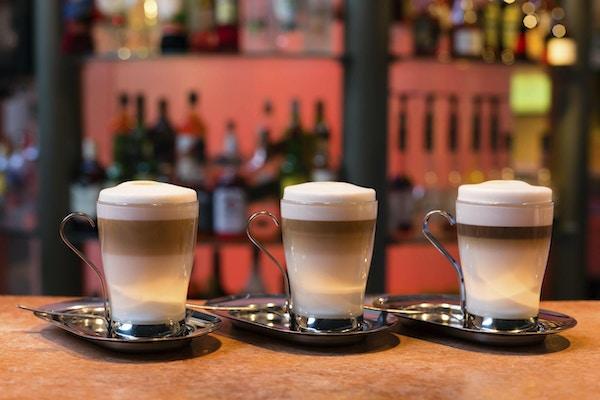 Tre kopper latte på marmoroverflaten