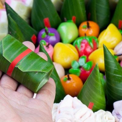 Indonesisk mat Fargerik Kue Tampahan Mini-kake. Denne maten brukes vanligvis til tradisjonelle arrangementer som familie sammenkomst eller feirer en viss prestasjon. Kakestørrelse er relativt liten og inneholder grupper av forskjellige kaker.