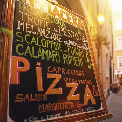 Typisk turistrestaurant i Romas gate