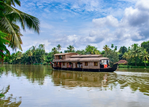 Tradisjonell indisk husbåt nær Alleppey på Kerala bakevje, India