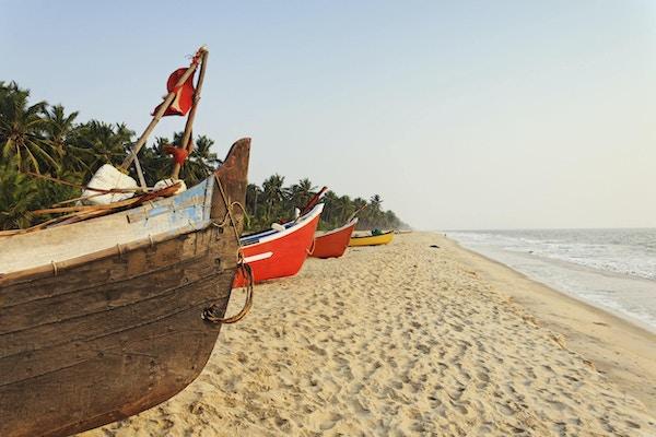 Tradisjonelle fiskebåter satt opp på stranden