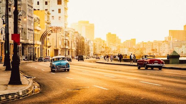 Trafikk på Malecon-veien, Havanna, Cuba, ved solnedgang. Malecon (Avenida de Maceo) er 8 km fra Havana Harbor i Old Havana og slutter ved Vedado.