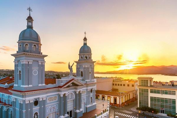 panoramautsikt, Santiago de Cuba, katedral, historie, arkitektur og landskap