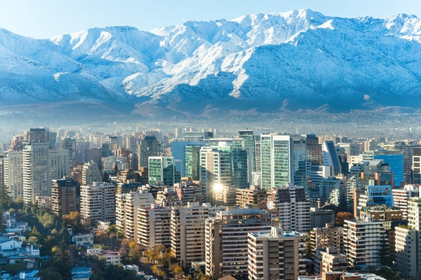 Santiagos hvite bybilde med snødekte fjell i bakgrunnen