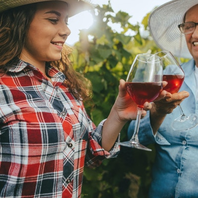 Bestemor og barnebarn på en vingård