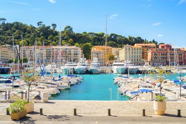 Nice havn på en solrik sommerdag