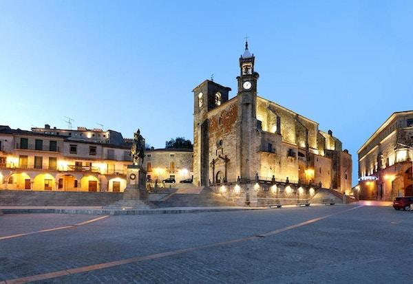 Hovedtorget Plaza Mayor i Trujillo i kveldsbelysing